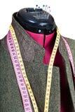 Adattamento del rivestimento di tweed dell'uomo sul manichino Immagini Stock
