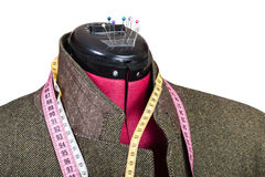 Adattamento del rivestimento di tweed dell'uomo sul manichino immagine stock