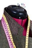 Adattamento del rivestimento di tweed di lana maschio sul manichino immagini stock