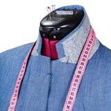 Adattamento della giacca blu dell'uomo sul manichino isolato immagine stock