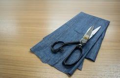 Adattamento delle forbici. Grandi forbici di adattamento o di sartoria Fotografia Stock