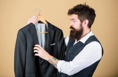 Adattamento e progettazione dei vestiti Perfezioni la misura Su ordine per misurare Concetto del vestito adattato Progettazione d fotografia stock
