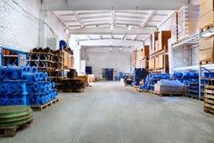 Adattandosi per i tubi di plastica impilati scandagliare di un uso dell'iarda del magazzino o nelle installazioni delle acque lur Fotografia Stock Libera da Diritti
