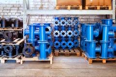 Adattandosi per i tubi di plastica impilati scandagliare di un uso dell'iarda del magazzino o nelle installazioni delle acque lur Fotografie Stock Libere da Diritti