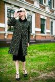 Adatti ad autunno la foto all'aperto di bella donna sexy con capelli ricci scuri che portano un cappotto e talloni e vetri di alt Fotografie Stock