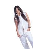 Adatti ad usura di donna i pantaloni bianchi e la camicia isolati sopra bianco immagine stock