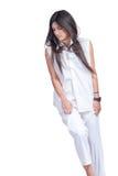Adatti ad usura di donna i pantaloni bianchi e la camicia isolati sopra bianco fotografie stock libere da diritti