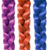 Adatti i capelli della treccia, tre intrecciature colorate isolate su bianco Immagine Stock
