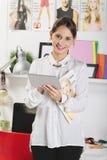 Adatti il blogger della donna che lavora in un'area di lavoro creativa con la cifra Immagine Stock Libera da Diritti