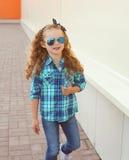 Adatti il concetto del bambino - bambino alla moda della bambina che porta una camicia Fotografie Stock Libere da Diritti