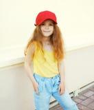 Adatti il concetto del bambino - ritratto di piccolo bambino sveglio alla moda della ragazza Fotografia Stock