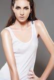 Adatti il modello bagnato sottile della donna, maglietta in bianco bianca Fotografia Stock