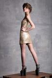 Adatti il modello della ragazza che sta indietro girato e che esamina la sua spalla Immagini Stock Libere da Diritti