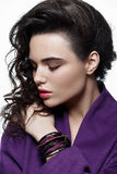 Adatti il modello di stile in accessori viola di arte e del cappotto, posanti la i Fotografia Stock
