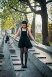 Adatti il modello grazioso della donna che indossa una parte posteriore sarafan Fotografia Stock