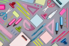 Adatti il posto di lavoro alla moda - raccolta blu, rosa, verde, gialla al neon della cancelleria dell'ufficio su fondo grigio, l Fotografia Stock Libera da Diritti