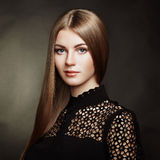 Adatti il ritratto della donna elegante con capelli magnifici Immagine Stock