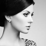 Adatti il ritratto della donna elegante con capelli magnifici Immagini Stock Libere da Diritti
