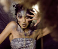 Adatti il ritratto della giovane donna graziosa con creativo compongono come un serpente Fotografie Stock