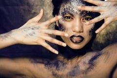 Adatti il ritratto della giovane donna graziosa con creativo compongono come un serpente Immagini Stock Libere da Diritti