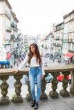 Adatti il ritratto della ragazza abbastanza d'avanguardia dei giovani che posa alla città in Europa, modo della donna della via d Immagini Stock