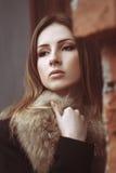 Adatti il ritratto della via di bella donna in pelliccia Fotografia Stock