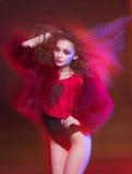 Adatti il ritratto di arte di giovane donna attraente alla luce mista fotografia stock