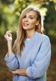 Adatti il ritratto di bella donna bionda in vestiti alla moda dentro Fotografie Stock