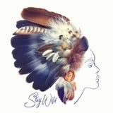 Adatti il ritratto di bella donna con il copricapo indiano della piuma del nativo americano fatto con le piume reali Illustr trib Fotografia Stock