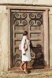 Adatti il ritratto di bella donna sulla parte anteriore di vecchia costruzione d'annata Immagini Stock Libere da Diritti