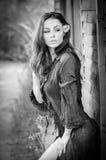 Adatti il ritratto di castana sexy in blusa nera che si appoggia la parete di legno della cabina Donna attraente sensuale con un  Fotografia Stock Libera da Diritti