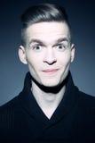 Adatti il ritratto di giovane ed uomo bello elegante sorridente Fotografie Stock Libere da Diritti