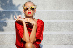 Adatti il ritratto di stile del modello femminile attraente in occhiali da sole fotografia stock libera da diritti