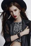 Adatti il ritratto di stile della ragazza abbastanza alla moda dei giovani fotografia stock