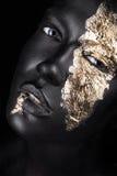 Adatti il ritratto di una ragazza dalla carnagione scura con oro immagini stock libere da diritti