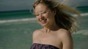 Adatti il ritratto di una ragazza sul mare stock footage