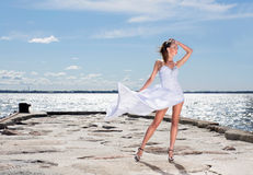 Adatti il tiro di giovane donna su una priorità bassa del mare Fotografie Stock Libere da Diritti