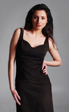 Adatti il tiro di giovane donna in un vestito nero Immagine Stock