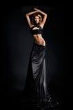 Adatti il tiro di giovane donna in un vestito nero fotografie stock libere da diritti
