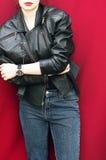 Adatti l'immagine delle gambe perfette della donna, indossante il denim casuale d'avanguardia Fotografia Stock