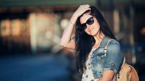 Adatti la bella giovane donna con capelli lunghi che posano in caffè all'aperto stock footage