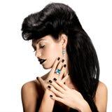 Adatti la donna con i chiodi e le labbra neri nel colore nero Fotografie Stock