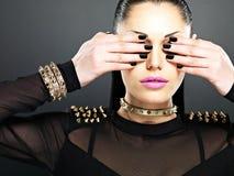 Donna di modo con i chiodi neri Fotografie Stock Libere da Diritti