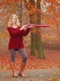 Adatti la donna con l'ombrello che si rilassa nel parco di caduta Immagini Stock Libere da Diritti