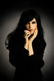 Adatti la donna del brunette nel nero Fotografia Stock Libera da Diritti