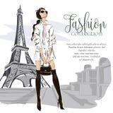 Adatti la donna vicino alla torre Eiffel a Parigi, insegna di modo con il modello del testo, annunci sociali di media di acquisto Fotografie Stock