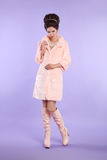 Adatti la foto del modello alla moda in cappotto rosa con il hai elegante Immagini Stock