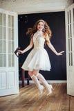 Adatti la foto del vestito da sposa d'uso di salto felice dalla ragazza Fotografie Stock Libere da Diritti