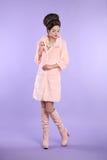 Adatti la foto della donna alla moda in cappotto rosa con il hai elegante Immagine Stock