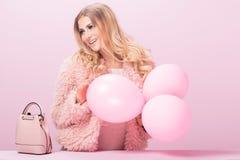 Adatti la foto della donna bionda tutta nel rosa Fotografia Stock